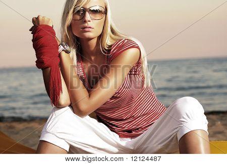 Mode stijl foto van een aantrekkelijke vrouw in zonnebril