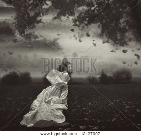 Молодая красота женщина на фоне природы в черно-белом