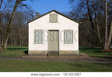 Kleines Haus im öffentlichen Park Schönbusch bei Aschaffenburg