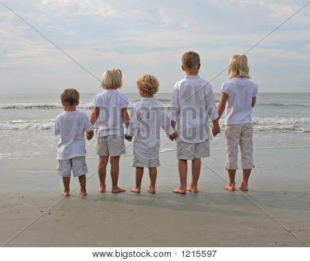 Kinder holding hände am Strand