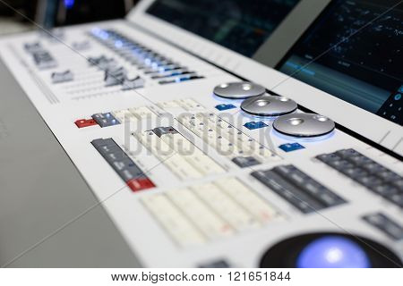 Round Switchers Of The White Stage Controller