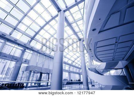 Moderne Halle in Bürozentrum