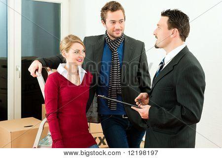 junges paar Kauf oder Miete ein Haus oder Wohnung, sich sie treffen den Eigentümer oder Real Estate broker