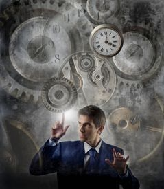hombre de negocios que mueve el engranaje de reloj grande