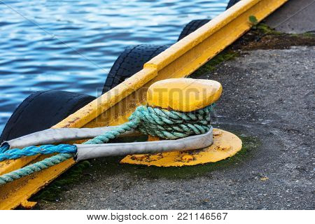the mooring pole braided with mooring ropes