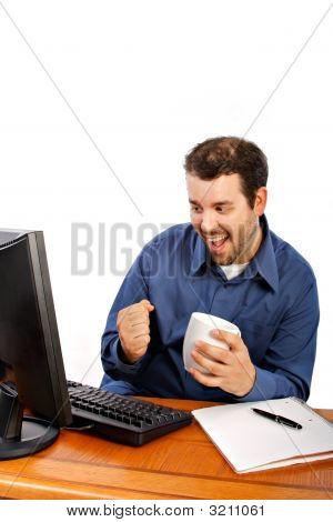 Joven empresario sonriente frente a computadora