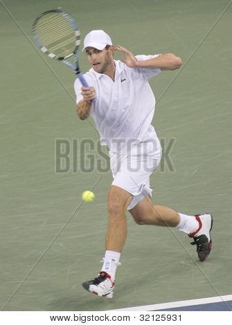 FLUSHING, NY - SEPTEMBER 10: Andy Roddick serves to Roger Federer during the US Open at the USTA National Tennis Center on September 10, 2006 in Flushing, NY.