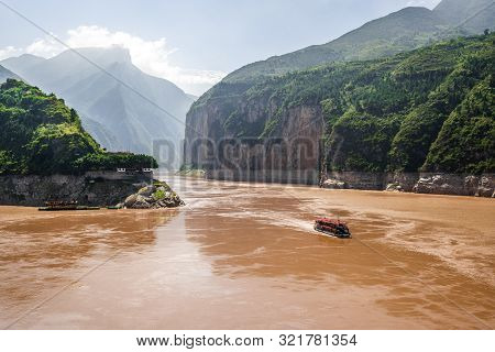 Qutang Gorge Scenic View The First Of The Three Gorges With Yangtze River View And Boat From Baidich