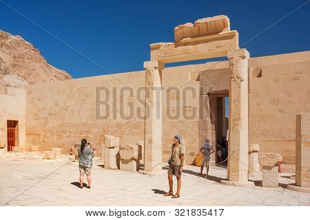 Deir El-bahari, Egypt - September 16, 2008. Group Of Tourists Walk To Famous Mortuary Temple Of Hats