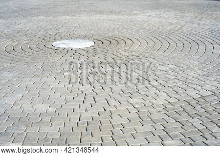 Paving A Circle Of Stones As A Durable And Decorative Coating