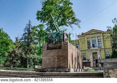 Kherson, Ukraine - July 22, 2020: Monument With A Howitzer On The City Square In Kherson. A Cannon O