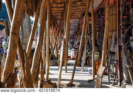 Jaipur, India - Jan 05, 2020: Shopping Street Under Construction Near Amber Fort In Jaipur, India.
