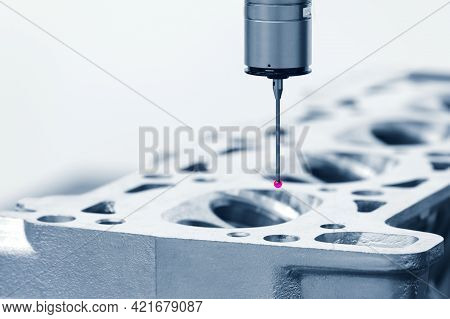 Repair Motor Block Of Cylinders, Operator Inspection Dimension Aluminium Automotive Par In Industria