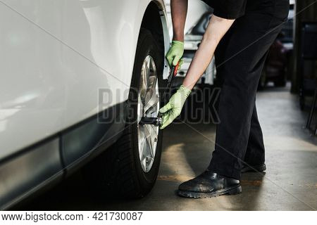 Mechanic fixing the car tires