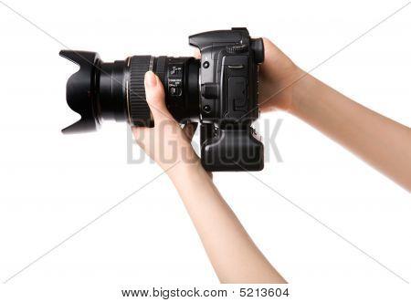 Manos de mujer, sosteniendo la cámara fotográfica profesional