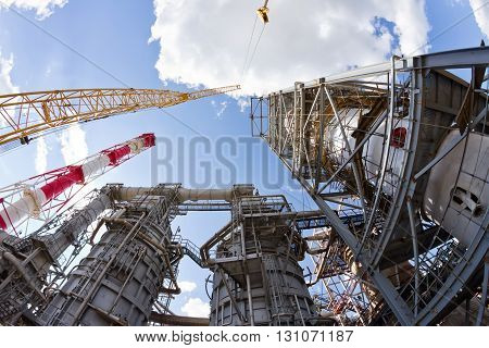 Assembly and installation of large vertical reactor at a refinery with heavy-duty crawler crane