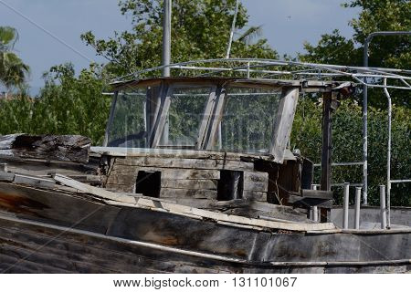 An old wooden boat left to roth