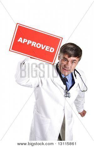 Retrato do doutor sênior com tabela aprovada.