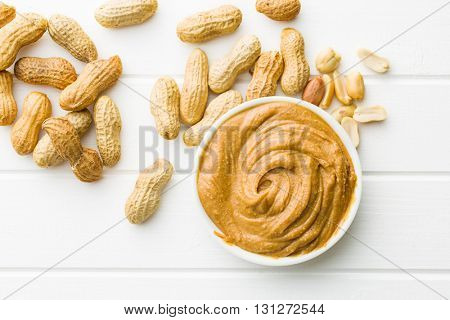 Creamy peanut butter and peanuts. Spreads peanut butter in the bowl.