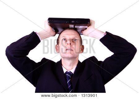 Kaufmann mit Laptop über Kopf