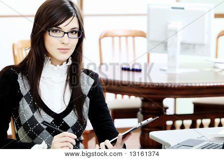Tema de negócios: bela empresária trabalhando no escritório.