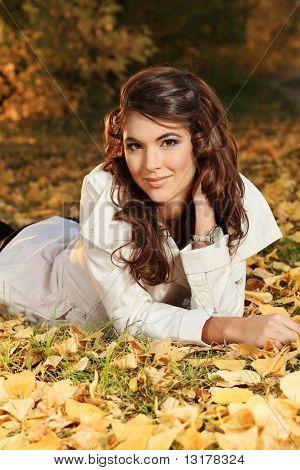 Jonge mooie vrouw in de herfst park