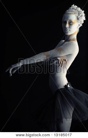 Künstlerische Frau übermalt schwarzer Hintergrund mit weißen und Bronze Farben. Körper-Malerei-Projekt.