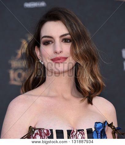 LOS ANGELES - MAY 23:  Anne Hathaway arrives to the