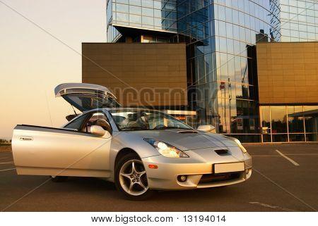 Moderne Sport Auto in der Nähe des Bürogebäudes