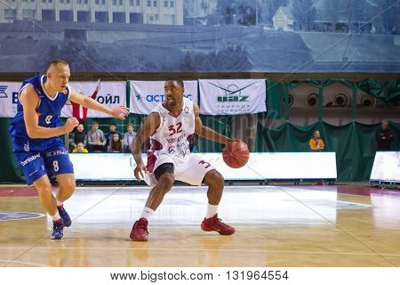 Bc Krasnye Krylia Guard Aaron Miles (32) Does A Crossover Dribble