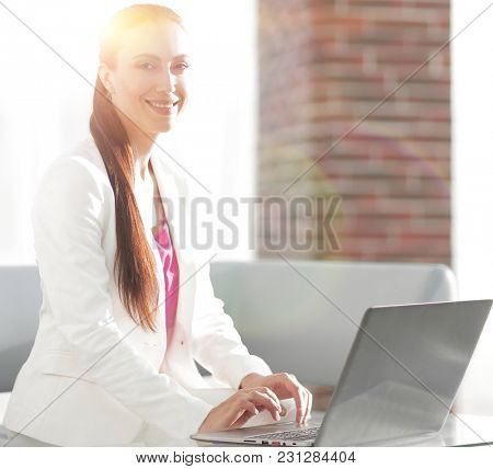 employee of the company prints the text on laptop