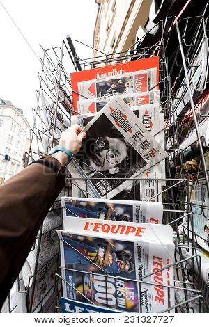 Paris, France - Mar 15, 2018: Man Buying French Newspaper With Portrait Of Stephen Hawking The Engli