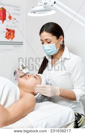 Cosmetologist Cleans The Skin With A Device To Clean The Pores