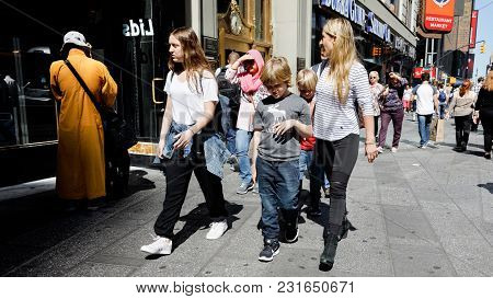 New York, Usa - Sep 23, 2017: Manhattan Street Scene. New Yorkers And Tourists In A Hurry About Thei