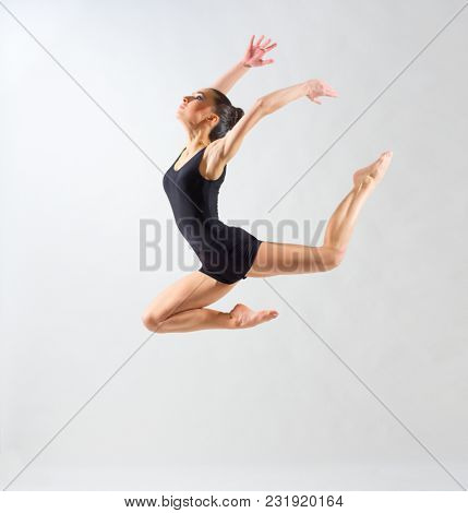 Young ballerina (on grey version)