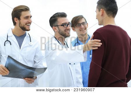doctors congratulating the patient's recovery