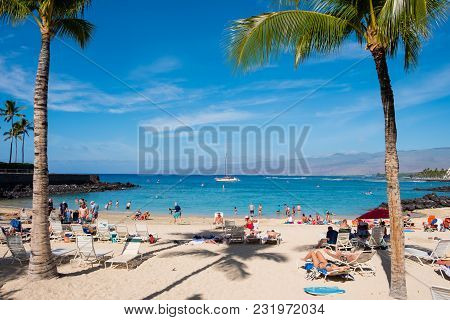 Mauna Lani Bay, Hawaii - January 5, 2018: Mauna Lani Beach Is Very Crowded On A Warm Day On The Big