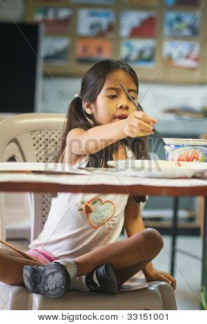 GUAYAQUIL, ECUADOR - el 8 de febrero: Desconocido kid en lección de dibujo en la escuela primaria por el proyecto para ayudar a