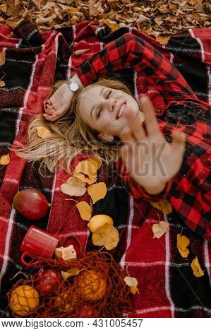 Fall Picnic Ideas, Autumn Day Off, Solo Picnic, Self Date, Things To Do By Yourself. Alone Young Wom