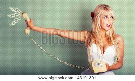 Retrato cómico de una chica rubia de Pin-up con teléfono