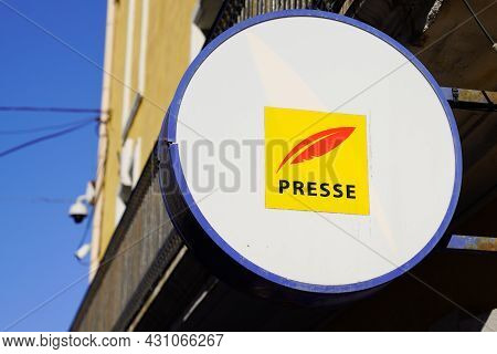 Bordeaux , Aquitaine  France - 08 20 2021 : Presse French Sign Text For Newspaper With Yellow Red Lo