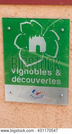 Bordeaux , Aquitaine  France - 08 25 2021 : Vignobles Et Decouvertes Logo And Text Sign State Guaran