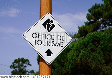 Bordeaux , Aquitaine  France - 08 25 2021 : Office De Tourisme Logo Sign And Text Brand Arrow Panel