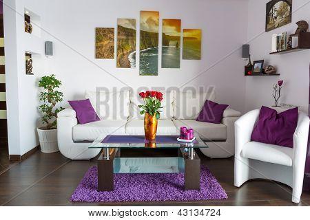Moderne Wohnzimmer Interieur mit Leinwand an der Wand. Fotos von der Leinwand steht in meiner Galerie zur Verfügung.