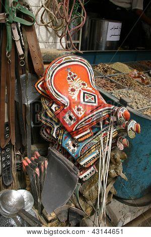 bunte Esel Sättel zum Verkauf in einem chinesischen Markt