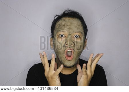 Wow Asian Man Was Shock And Look At The Camera When He Use Beauty Face Mask