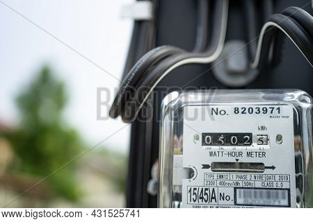 Electric Measuring Power Meter For Energy Cost At Home And Office.