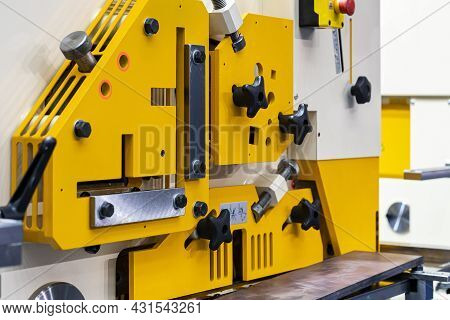 Compact Hydraulic Punch Shear Bender And Notching Machine For Cutting Various Shape Metal E.g. Round