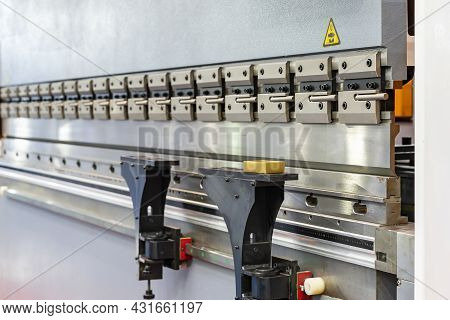 Close Up Upper Move Bending Blade Or Punch And Fix Die Of Automatic And High Precision Cnc Hydraulic