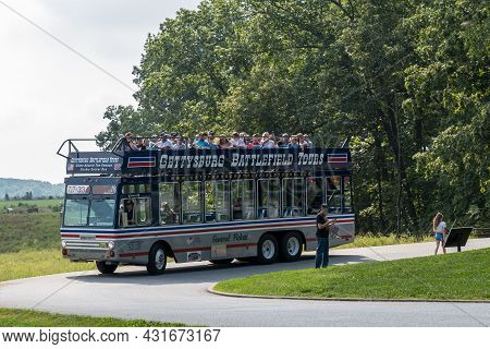 Gettysburg, Pennsylvania, Usa August 27, 2021 A Filled Double Decker Tour Bus From The Gettysburg Ba